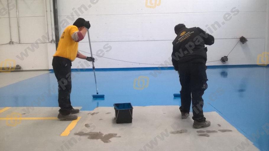 Aplicación de pintura epoxi para suelos aplicada por Grupo Pavin a rodillo