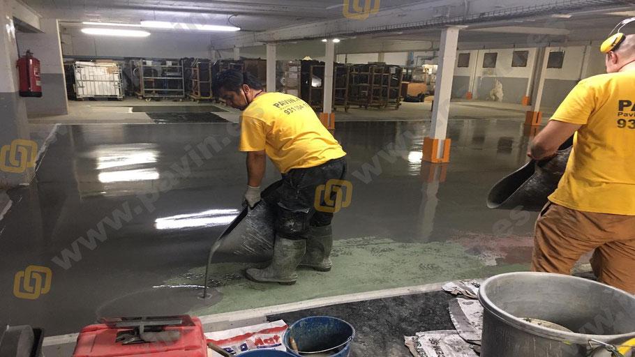 Nivelación del soporte con mortero cementoso industrial para la reparación de un pavimento de hormigón en mal estado aplicado por Grupo Pavin
