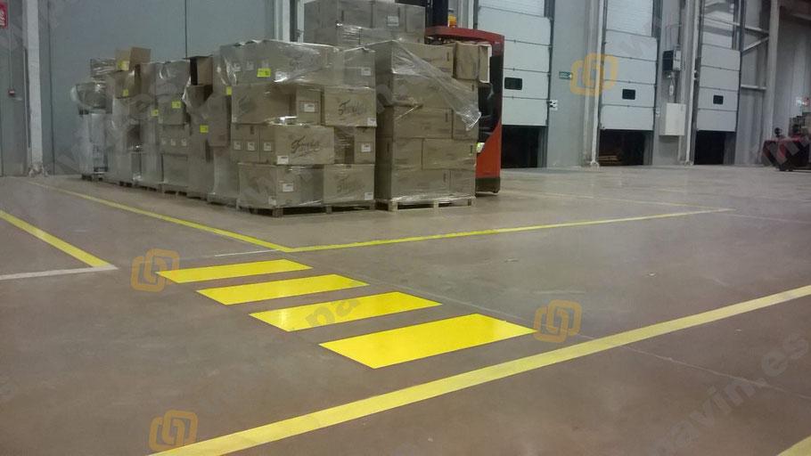 Señalización de pasos de peatones y pasillos en muelles de carga y playas en la empresa logística aplicado por Grupo Pavin