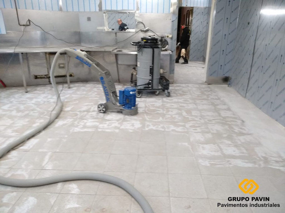 GRUPO PAVIN - Pavimentos Industriales | Aplicación en curso de un sistema PAVINPOX W MC 3-4 mm de espesor antideslizante