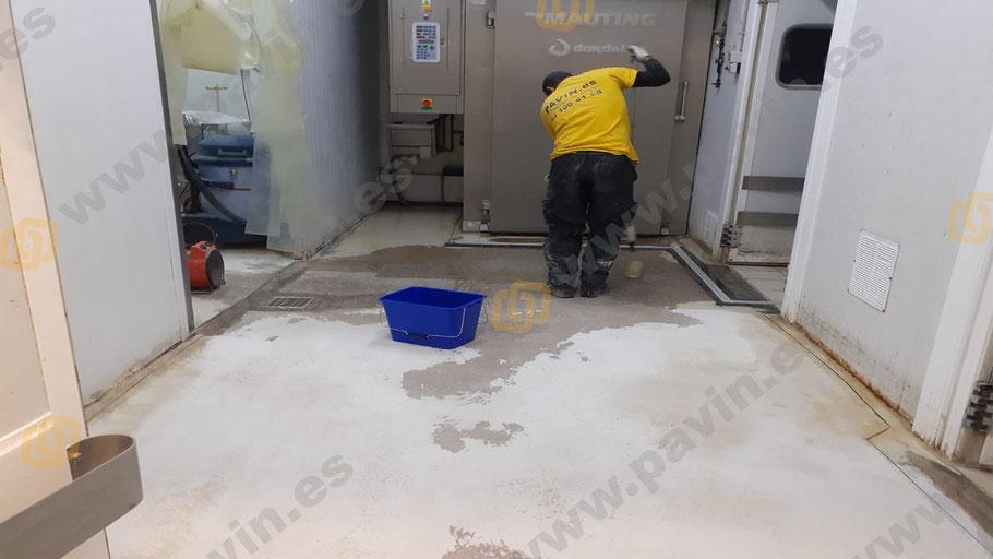 ¿Cómo aplicar suelos de resina para los pavimentos industriales en naves de salas de despiece?