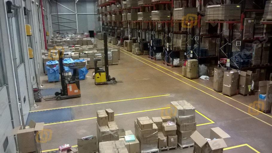 zona de paso y trasiego de cargas en la señalización industrial de una nave logística
