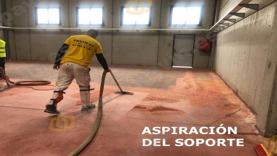 Aspiración de un pavimento de hormigón dianovado dónde se aplicará un suelo de resinas epoxi