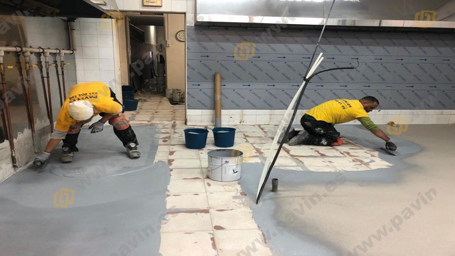 Suelos de resina multicapa monocolor con poliaspárticos para pavimentos industriales aplicados por Grupo Pavin