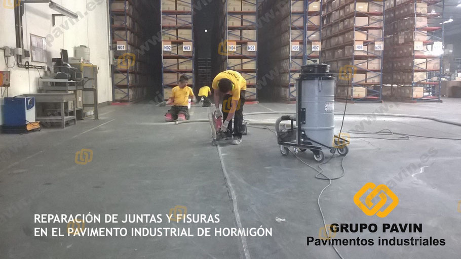 Apertura de grietas y juntas deterioradas por su uso intensivo en el pavimento de hormigón de la empresa para su correcto saneamiento