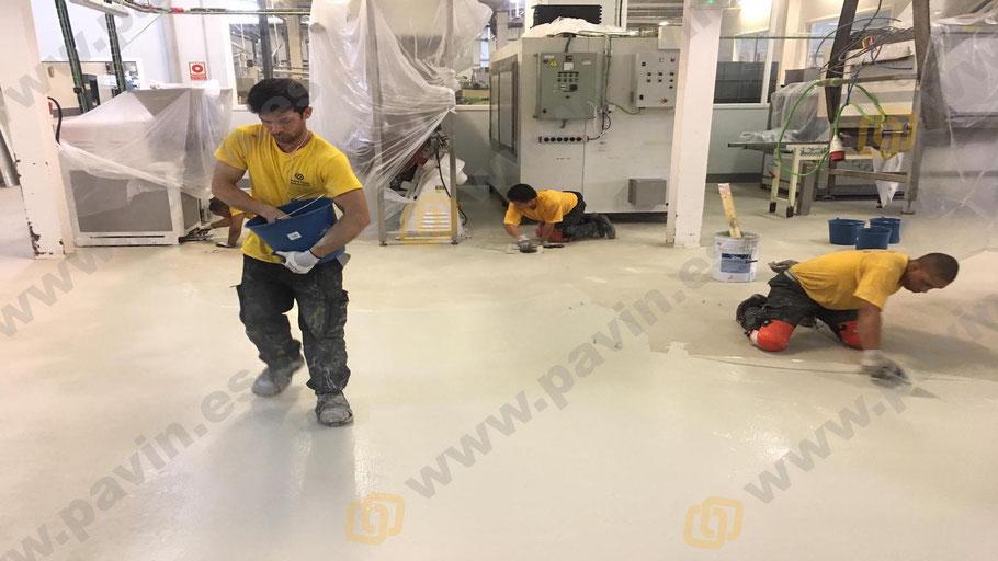 Suelos de resina multicapa monocolor para pavimentos industriales antideslizantes aplicados por Grupo Pavin