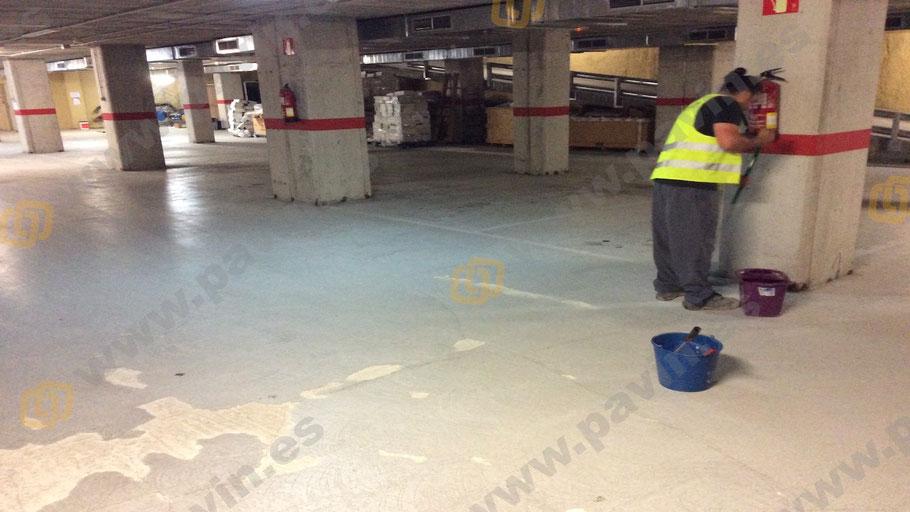 marcaje de pasillos peatonales en la señalización en un pavimento industrial