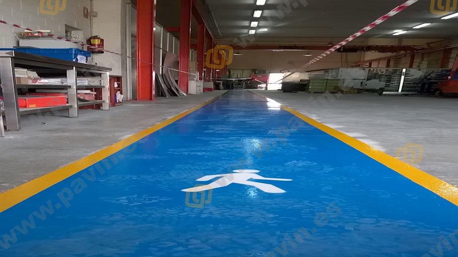 finalización de la señalización de un pasillo peatonal para una nave industrial