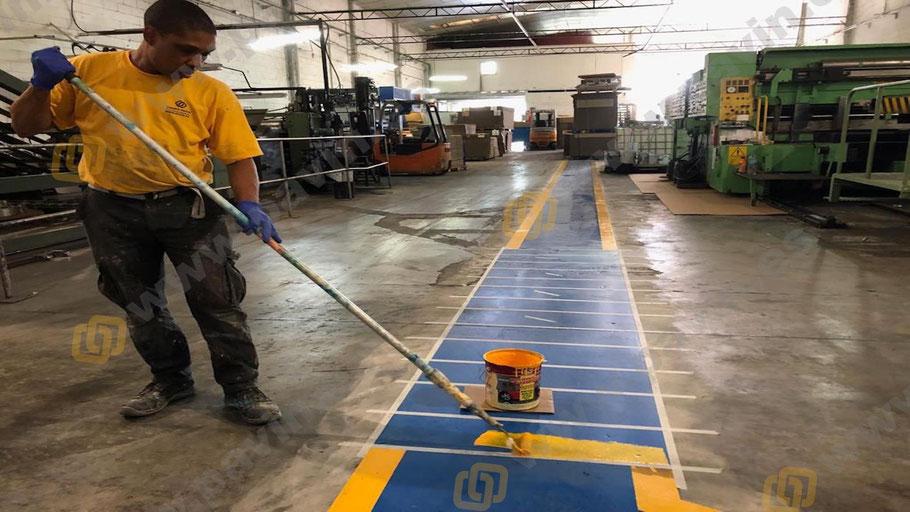Señalización industrial de pasos de cebra dónde conviven máquinas y peatones garantizando la seguridad en el trabajo para cualquier industria