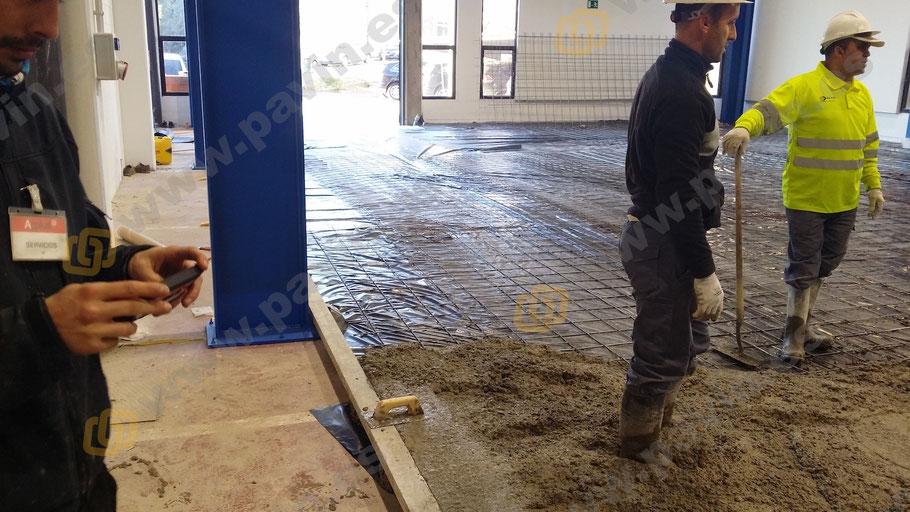 Fase de vertido del hormigón en el pavimento, con su mallazo y plástico protector para aislar la humedad por remonte capilar