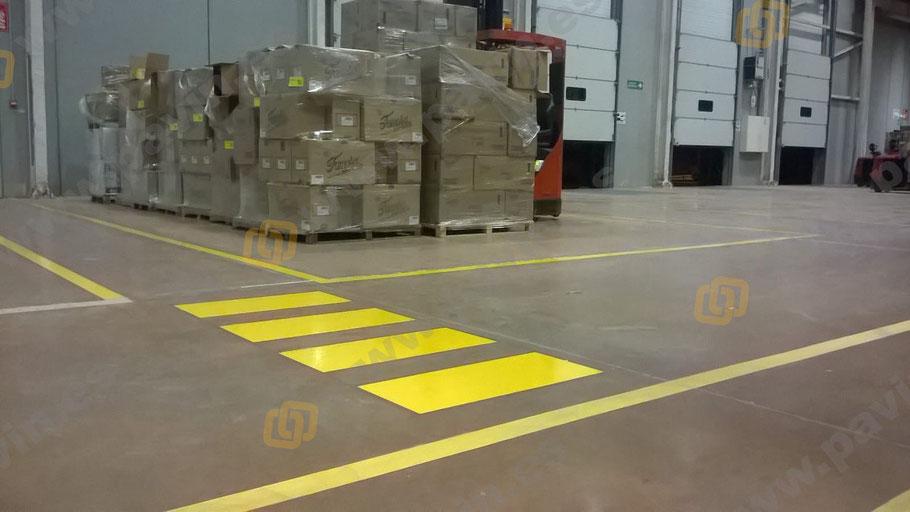 pasos de peatones y pasillos peatonales en la zona de playas para la señalización industrial de una nave logística