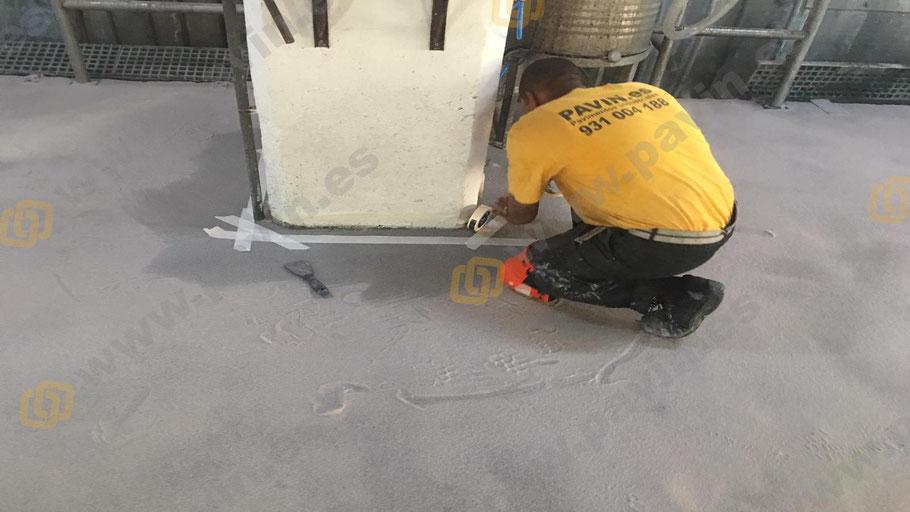 Formación de la media caña sanitaria en el pavimento continuo de resinas aplicada por Grupo Pavin
