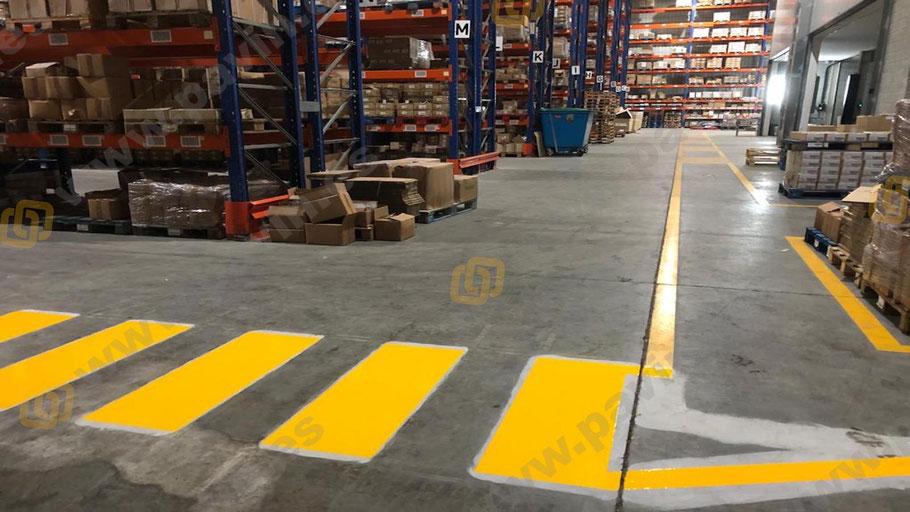 Señalización vial de pasillos para la empresa logística y con pasos de cebra aplicados por Grupo Pavin