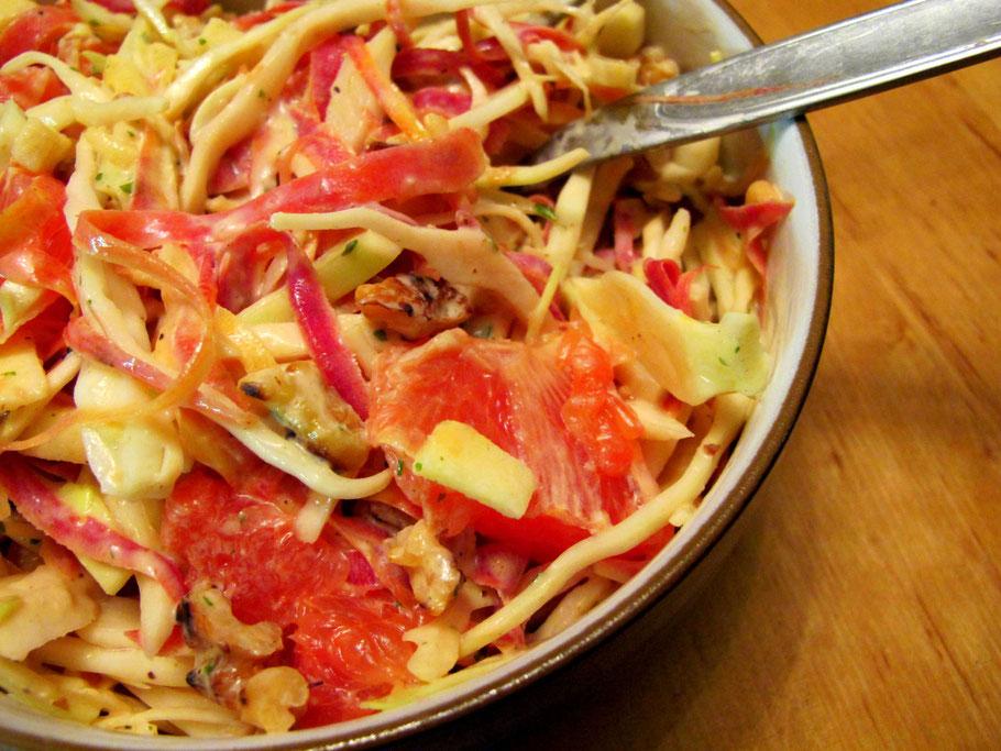 Knackiger Krautsalat mit Grapefruit, Walnüssen, Apfel und Karotten