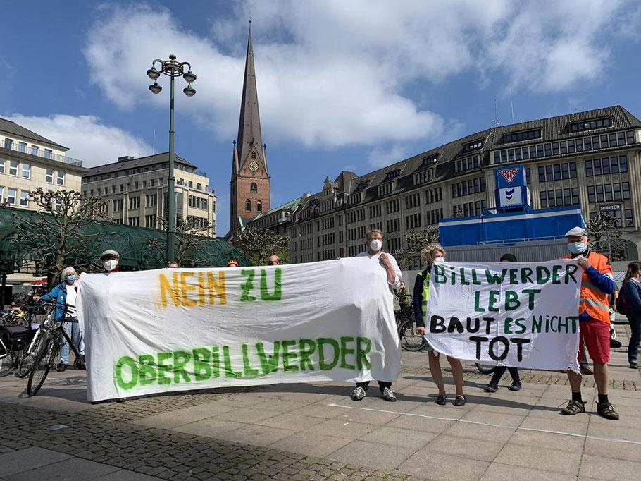 Viel größere Beteiligung als erwartet! Hier Abschlusskundgebung vor dem Hamburger Rathaus.