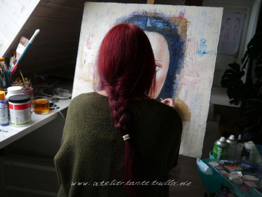 Künstlerin bei der Arbeit