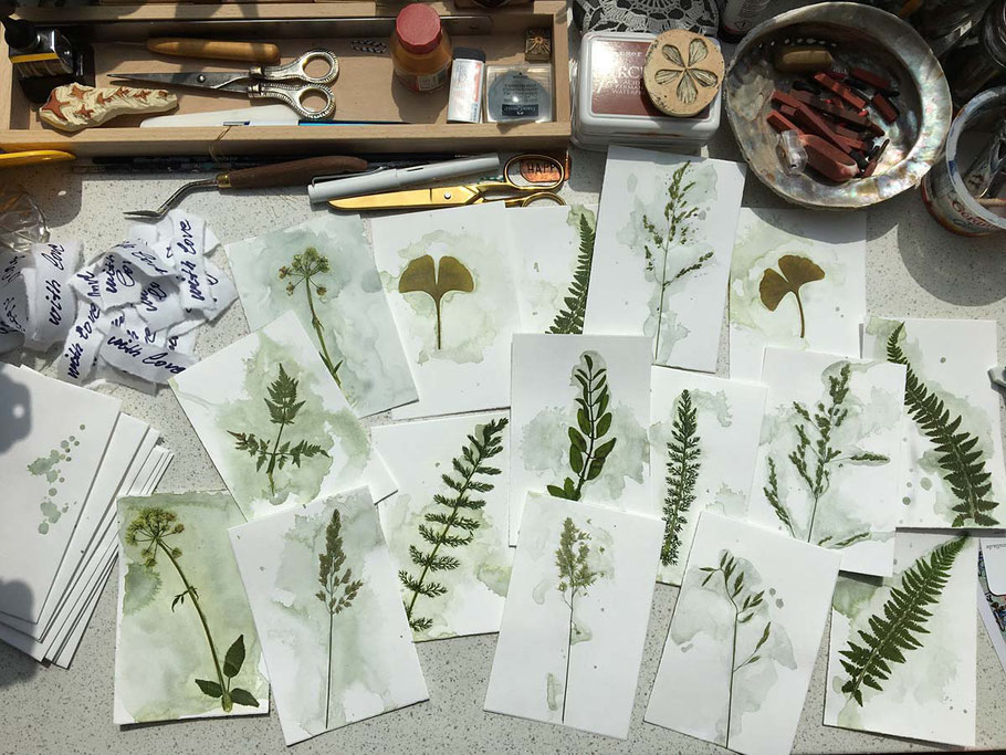 Karten mit gepressten Pflanzen