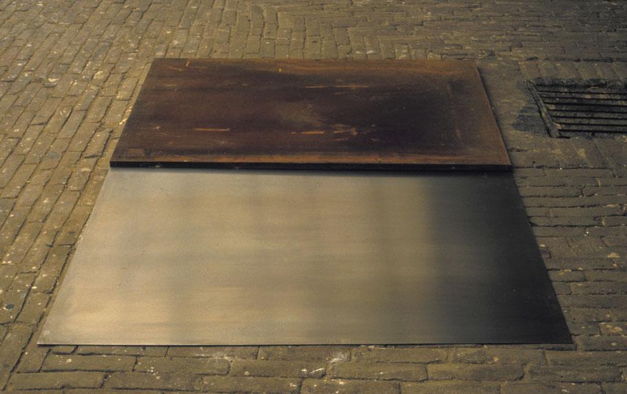 Matthieu van Riel. Vloerobject. Z.T. 120x160cm metaalplaten 1987