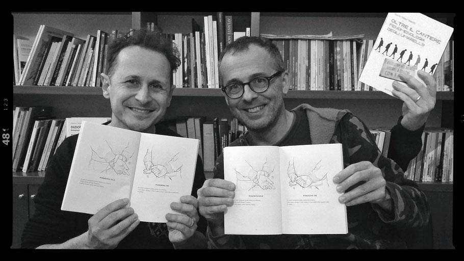 L'autore del libro Danilo Masotti e Mauro Squiz Daviddi disegnatore delle mani degli umarells nelle loro pose tipiche