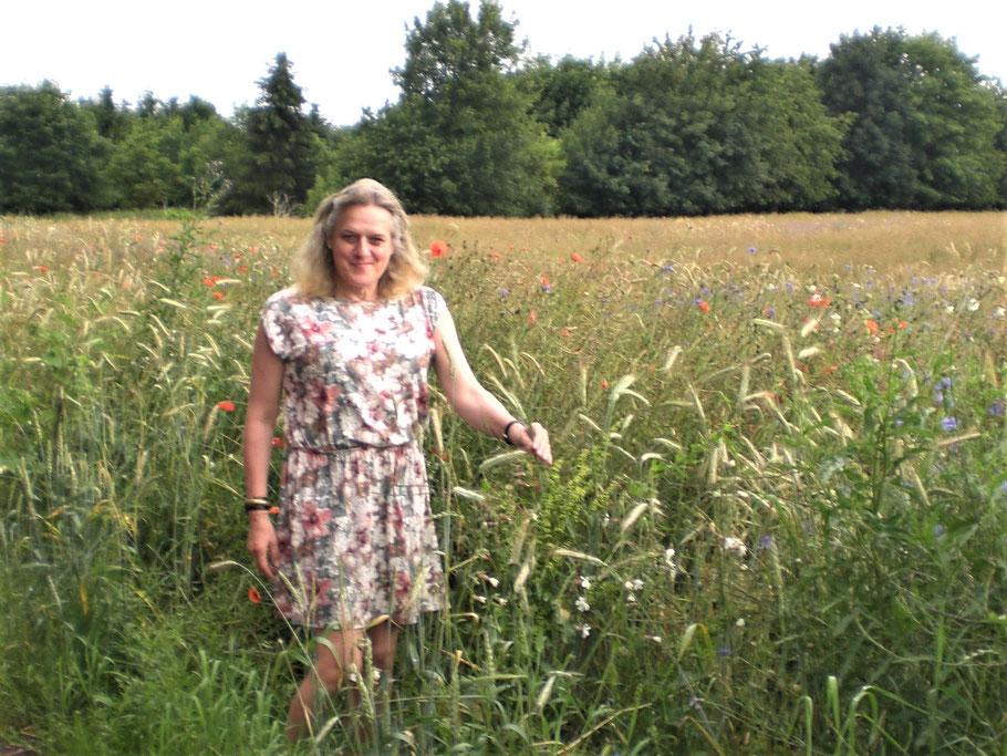 Anna liebt Kornblumen, Mohn und Margaritten - Die hübsche Pflanze  stand plötzlich im Bild