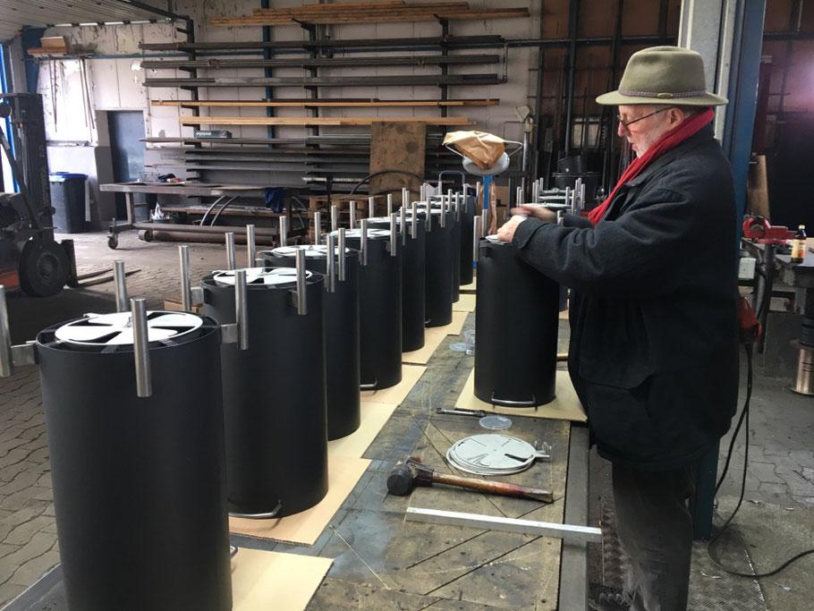 Firmengründer Rainer Sagawe bei der Montage des Lüftungsfächers - in der Wekstatt unseres Metallbaumeisters Stefan Willig