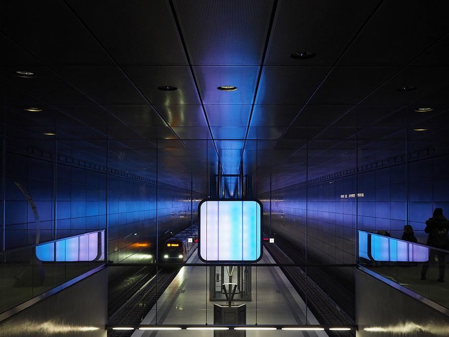 Bild: Lichtspiegelungen Hamburg HafenCity U-Bahn Universität. ©2016 R. Helmholtz