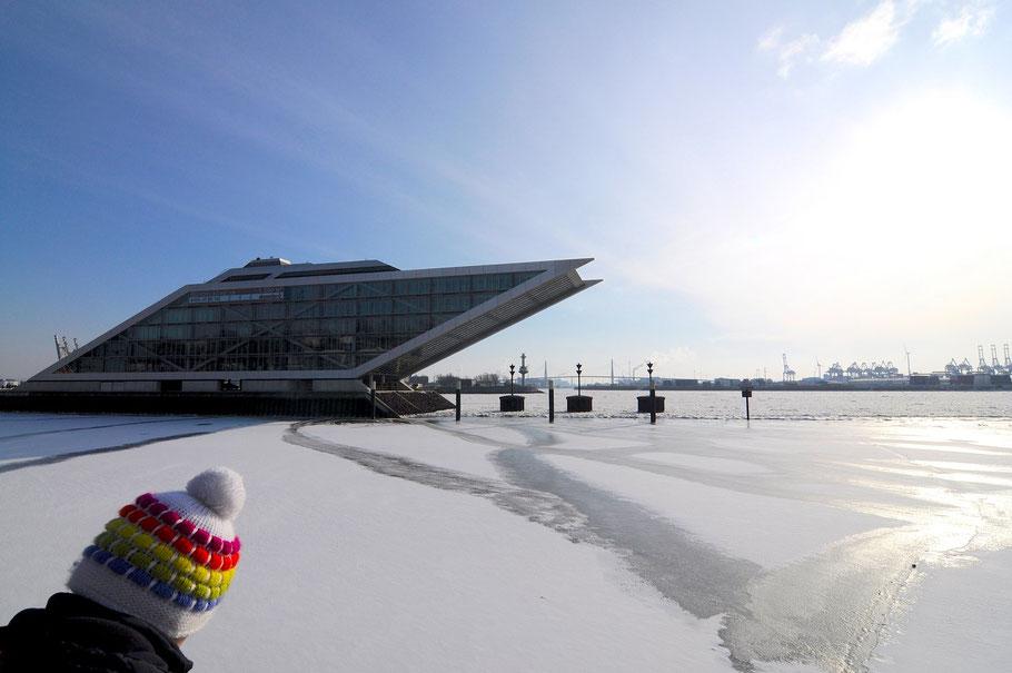 Dockland Hamburg schiefes Haus mit schiefer Muetze im Winter bei Eisgang
