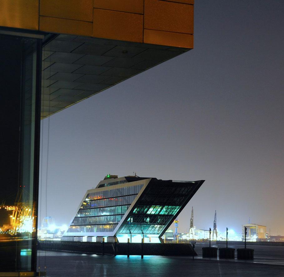 DasDocklandist ein parallelogrammförmiges Gebäude an derElbenahe des ehemaligenEngland-FähranlegersinAltona. Entworfen wurde das Dockland von BRT Architekten Bothe Richter Teherani in Hamburg.