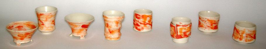 mehrere Porzellan Becher orange-rot engobiert und transparent glasiert