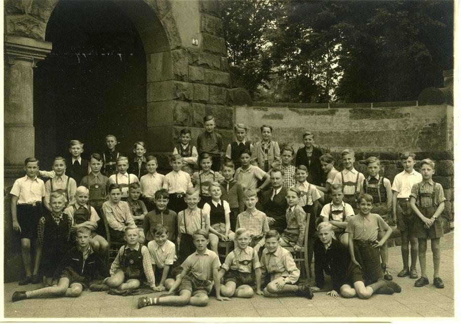 """Die VIa von 1950 mit ihrem Klassenlehrer Josef Schmitz gnt. """"Adebar"""" (Foto ggf. auch 1951 / Va)  Frdl. Hinweis Georg Heckmann (1959)"""