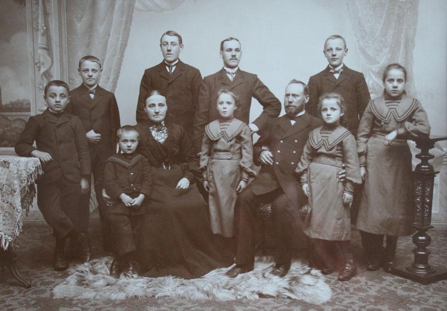1906 Catharine Flamme und Heinrich Pietig mit Kindern von links: hinten Anton, Bernhard, Franz, Paul vorne Josef, Ferdinand, Gertrud, Elsa, Wilhelmine