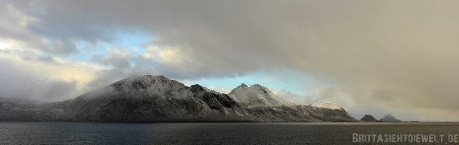 Ørnes,Hurtigruten,MS,Midnatsol,Postschiff,Panorama,Kreuzfahrt,Schneesturm,Berge,Meer,dramatisch,Wolken.