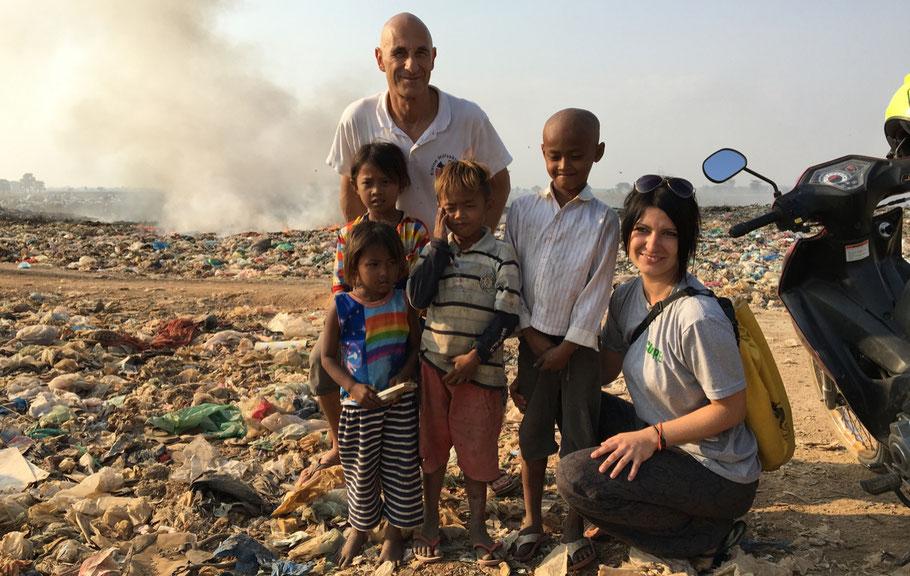 Roland Debschütz (Geschäftsführer des Kleine Hilfsaktione.V.) und Nadine Urbansky mit Kindern, die auf der Mülledopnie von Battambang leben.