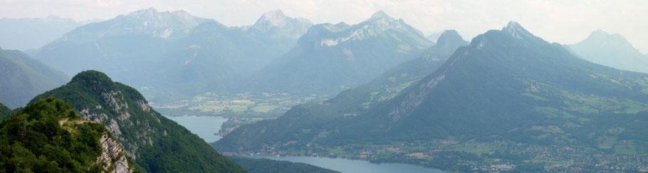 Lac d'Annecy, les Bauges vues du Mont Veyrier : Sambuy - Chaurionde, Arcalod, Charbon - Trélod, Crêt du Char, Roc des Boeufs, Colombier (photo holleville, auboutdespieds)