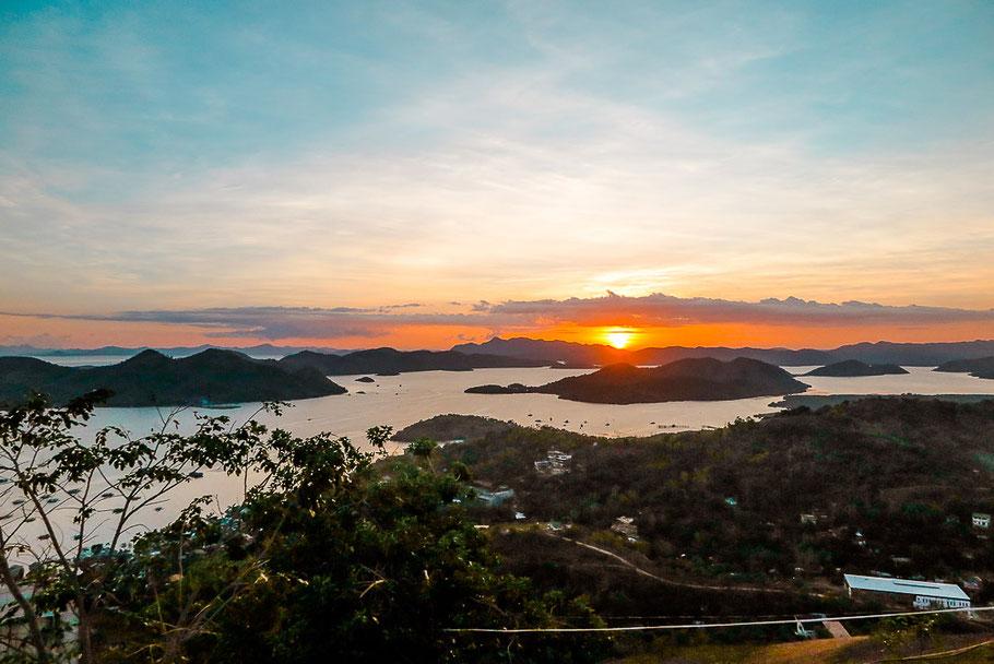 Sonnenuntergang auf dem Mount Tapyas in Coron Town