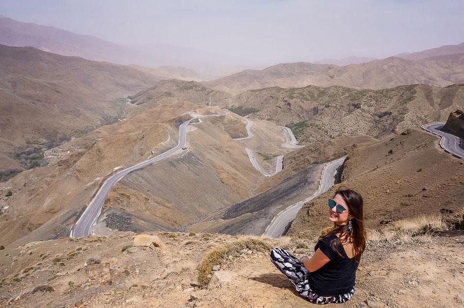 Kurvige Straßen im Atlas-Gebirge in Marokko