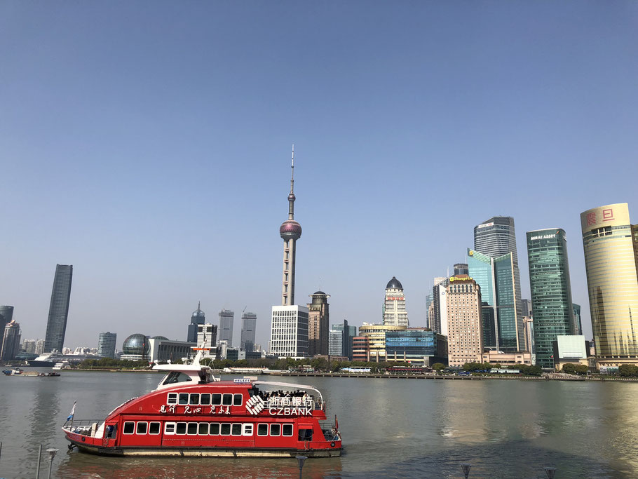 The skyline of Shanghai / Pudong is already impressive during the day but even more in the evening.