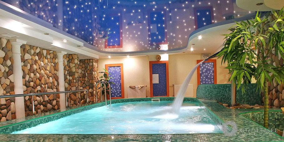 Lackspanndecke Sternenhimmel mit Beleuchtung im Schwimmbad