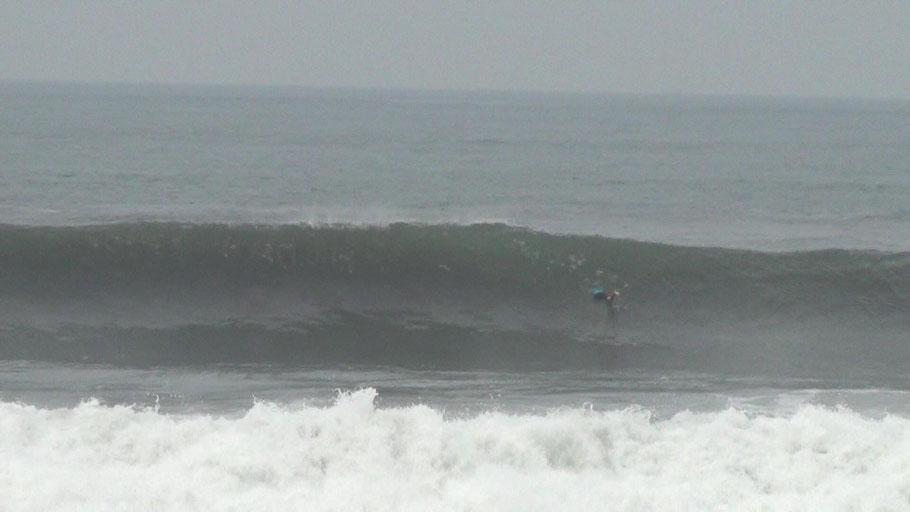 Surfer beim Duckdive durch eine Welle