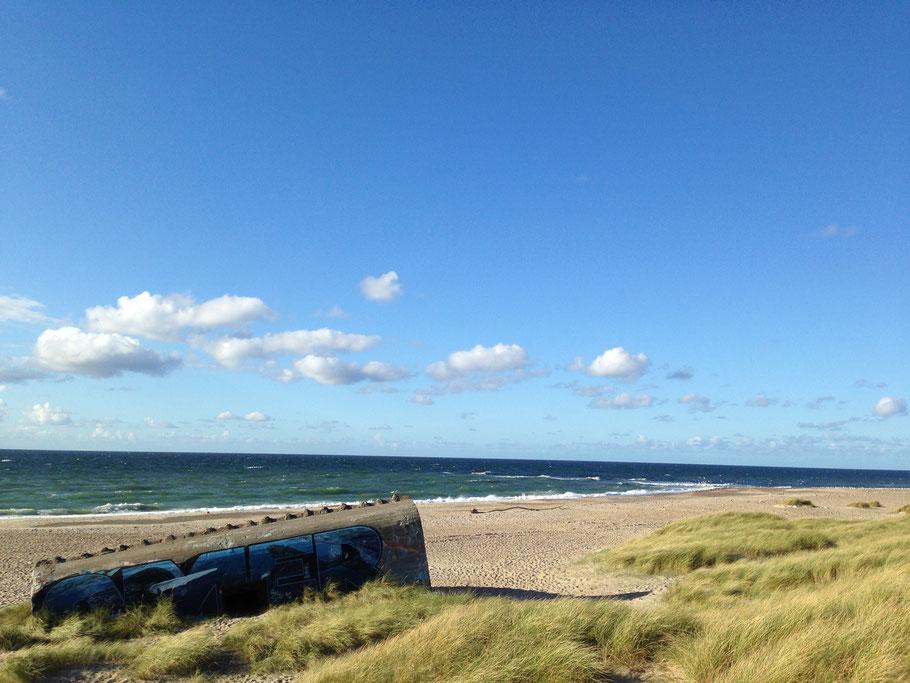 Verfallener Bunker direkt am Strand am Meer in Klitmoller Dänemark