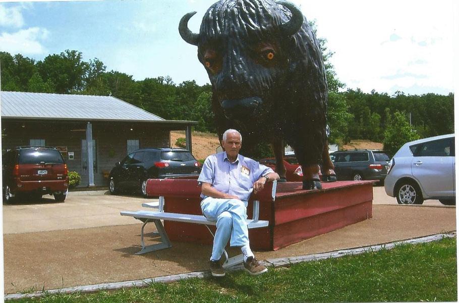 Der Websiteinhaber vor dem kleinen Museum von Loretta Lynn bei Hurrican Mills zwischen Memphis und Nashville, Tennessee