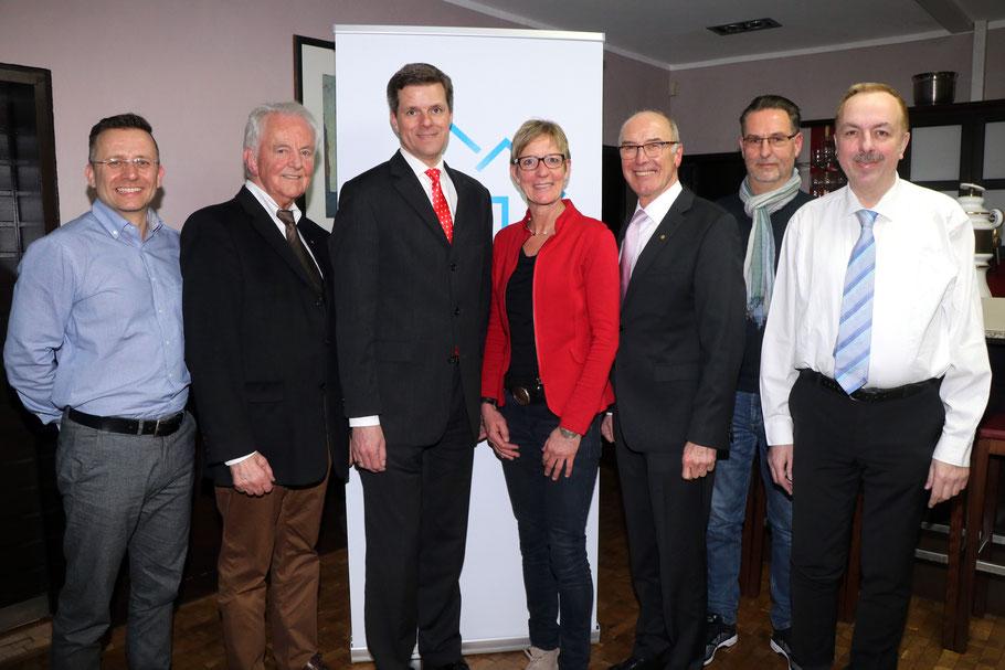 Der Vorstand von Haus & Grund Neheim-Hüsten mit dem Geschäftsführer des Landesverbandes, Rechtsanwalt Tim Treude (3. von links). Foto: hug
