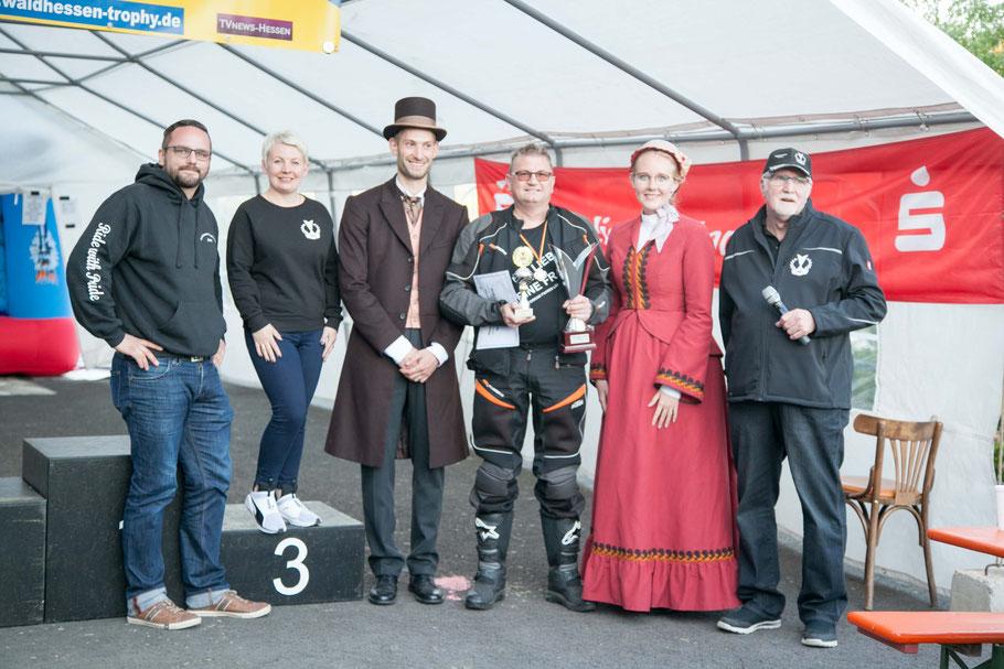 Gewinner Waldhessen-Trophy 2018 Lothar Göbel aus Haunetal hier zwischen dem Hessentagspaar 2019.