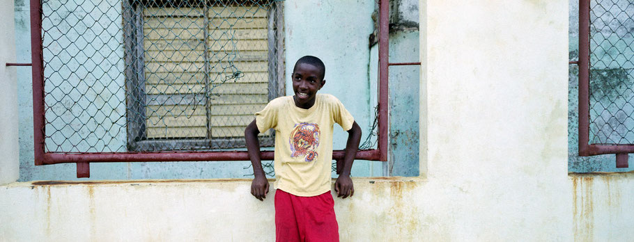 Junger Cubaner spielt in Baracoa Fußball als Panorama-Photographie