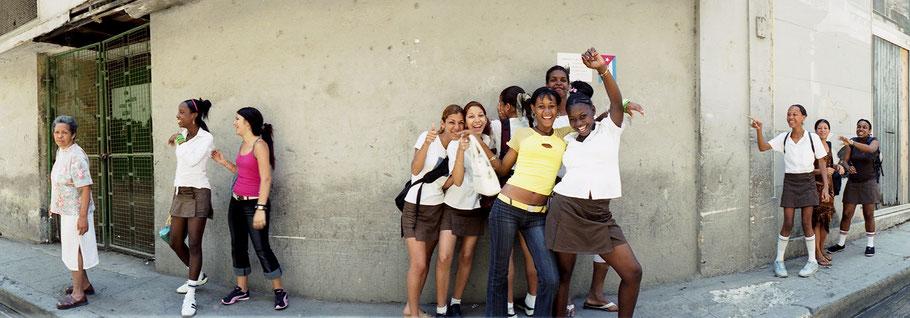 Kubanische Schülergruppe posiert vor einer Wand in Havanna, Farbphoto als Panorama-Photographie