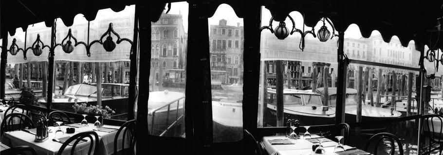 Straßenrestaurant auf dem Fond del Vin am Canal Grande, Venedig,  als Schwarzweißphoto im Panorama-Format