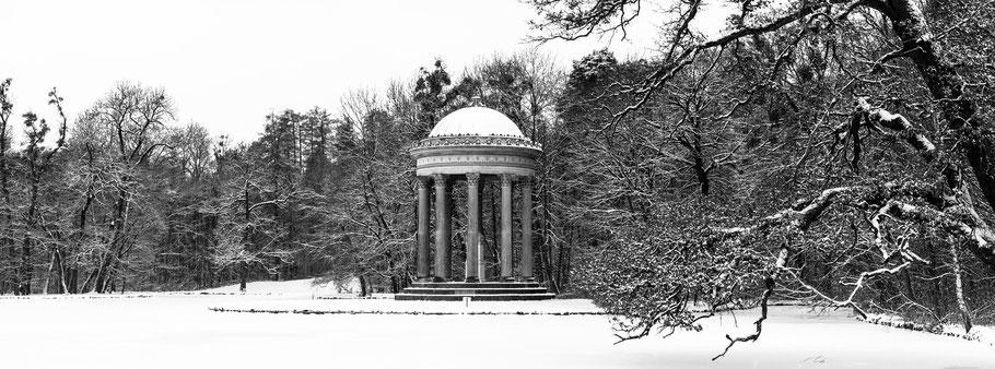 Apollotempel im Nymphenburger Park in schwarzweiß als Panorama-Photographie, München