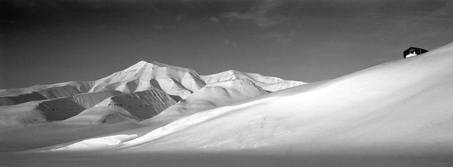 Einsame Hütte auf Spitzbergen - Svalbard in schwarz-weiß als Panorama-Photographie
