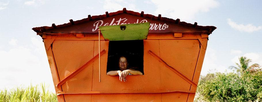 Cubanische Frau schaut in Falla aus Versorgungswagen als Panorama-Photographie