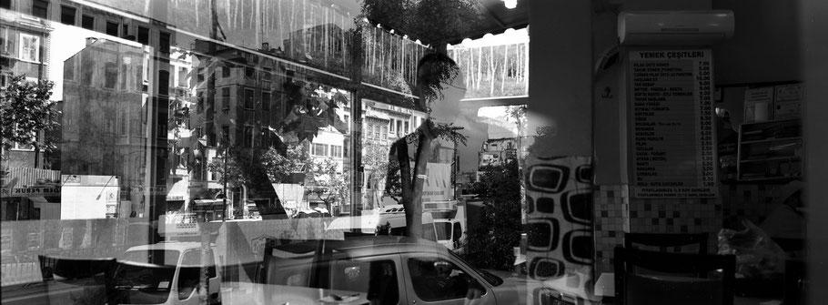 Spiegelung in Beyoglu in Istanbul, Türkei als Schwarzweißphoto im Panorama-Format